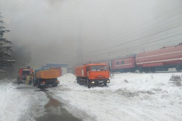 В состав пожарного поезда входятвагон — насосная станция и цистерны-водохранилища