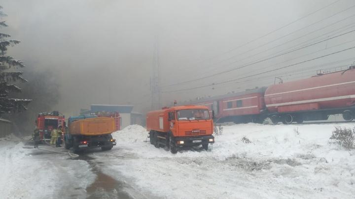 Для тушения пламени к заводу у Кировского рынка пригнали пожарный поезд: видео