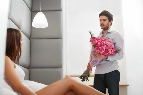 Чаще всего мужчины платят за премиальные смартфоны, дорогие наушники, планшеты и ноутбуки. А что еще можно подарить любимым?