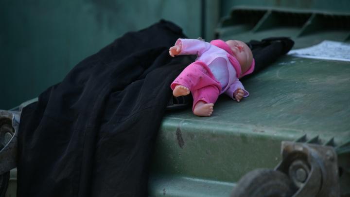 Екатеринбурженку, которая выбросила своего ребенка в помойку, отпустили на свободу. Что о ней известно?