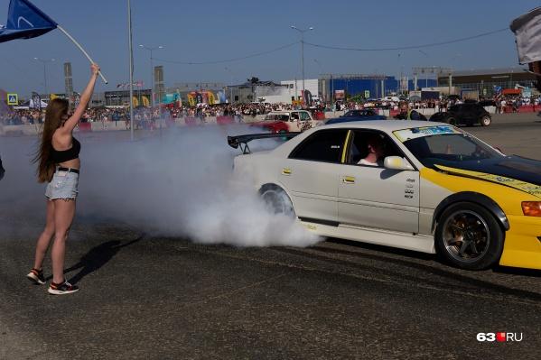 Во время соревнований можно было насладиться дорогими автомобилями и красивыми девушками