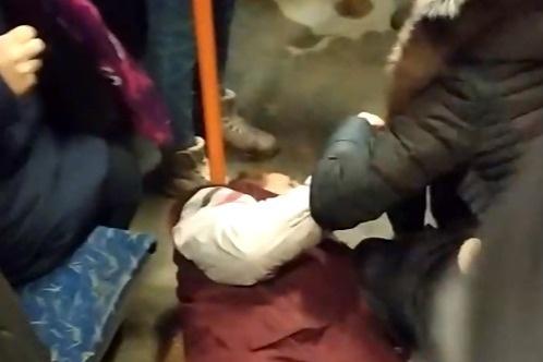 От удара кондуктор упал на пол без сознания