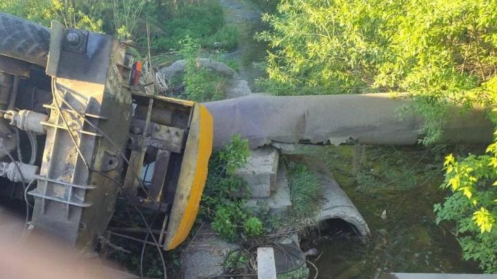 В Челябинской области автокран, рухнувший на трубопровод, оставил без воды целый город