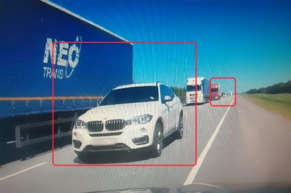 Белый BMW летел по встречной полосе, спихивая с дороги законопослушных водителей