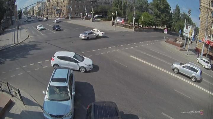 В центре Волгограда на «проклятом» перекрестке столкнулись две легковушки. Один из водителей был лишен прав