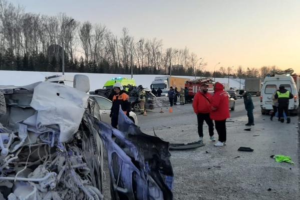 На месте аварии работают ГИБДД, МЧС, МАСС и скорая помощь