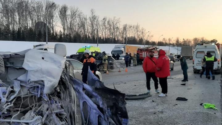 Водитель «Лексуса» погиб в массовом ДТП на Бугринском мосту