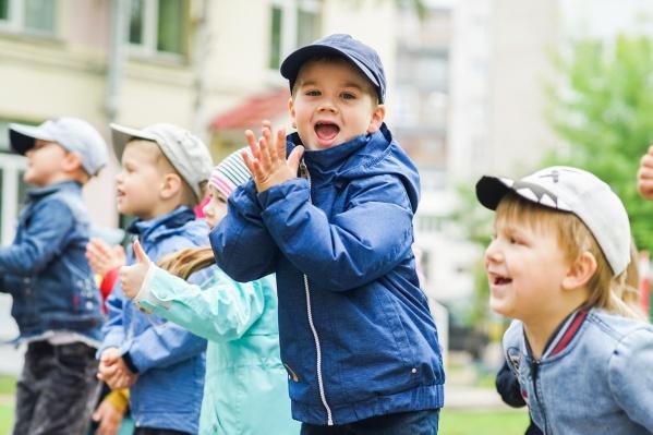 В садике есть свои праздники и маленькие традиции. Так, например, малыши вместе со взрослыми сажают деревья. Одна из таких елок, окруженная забором из карандашиков, на заднем плане. Зимой ее украшают гирляндами и игрушками