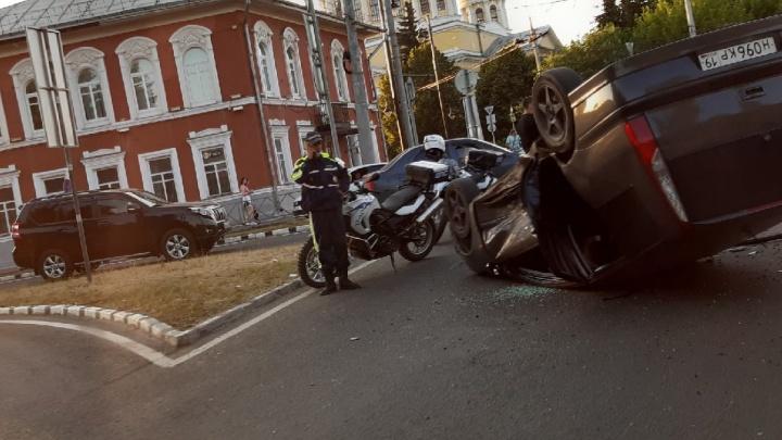 Внутри были двое детей: в Рыбинске у Соборной площади перевернулась машина