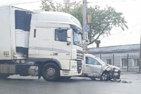 В Кургане водитель фуры врезался в легковушку