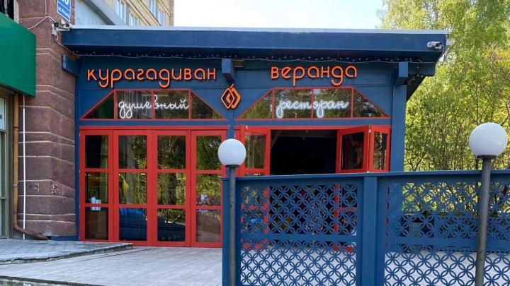 В Академгородке за 23 дня сделали новую «еврочайхану» — она заработала в здании по соседству с конкурентом
