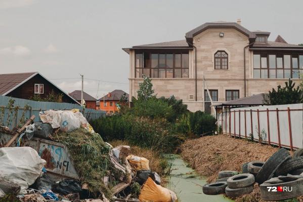 В Березняках (поселке Березняковский) помпезные дома соседствуют с простыми деревянными постройкам, в водосточных канавах часто скапливается вода. И, увы, есть проблемы с площадкой для мусора