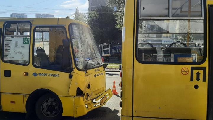 ДТП с двумя автобусами на остановке в Екатеринбурге попало на видео. В аварии пострадали три человека