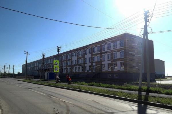 """Инвестор должен был продать властям школу в Кетово еще <nobr class=""""_"""">в 2019 году</nobr>. Этому помешали разногласия с чиновниками по поводу стоимости здания"""