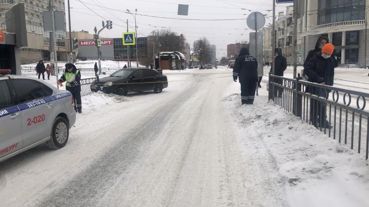 В центре Екатеринбурга 22-летний водитель сбил девочку, которая переходила дорогу на зеленый свет