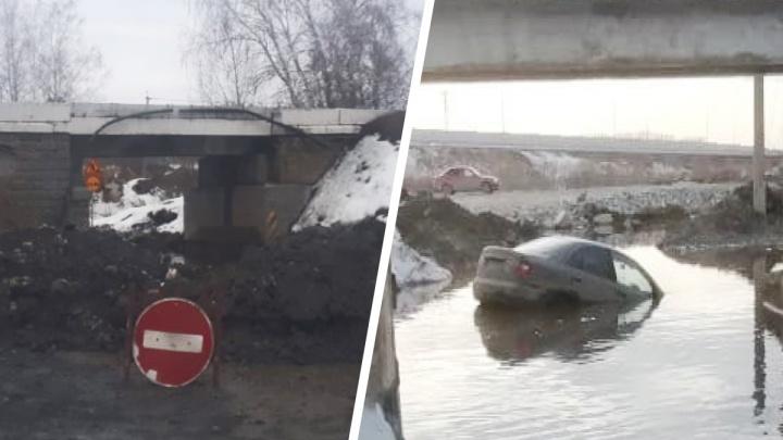 В Екатеринбурге закрыли дорогу под железнодорожным мостом, где утонуло несколько машин