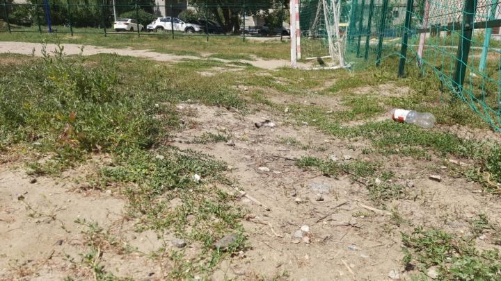 В Волгограде ребенок разбил лицо на засыпанной мусором спортплощадке