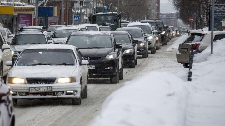 В Новосибирске на две недели перекрывают дорогу, по которой водители объезжали пробку возле площади Труда