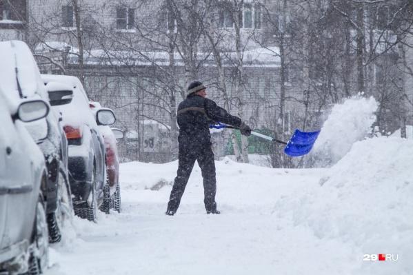 А ваши управляющая компания или ТСЖ заказывают трактор для уборки снега у дома? Или справляетесь сами? Расскажите в комментариях