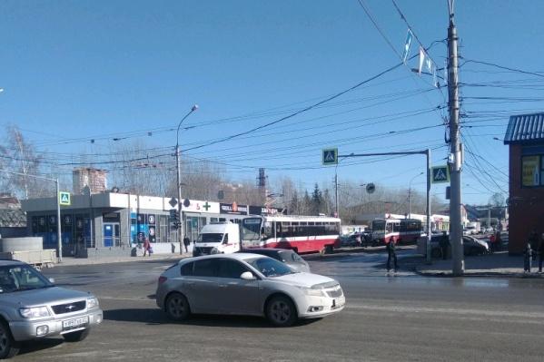 ДТП произошло утром рядом с павильоном на улице Гурьевской, 68/1, за местом аварии начали накапливаться трамваи, но сейчас движение уже восстановлено