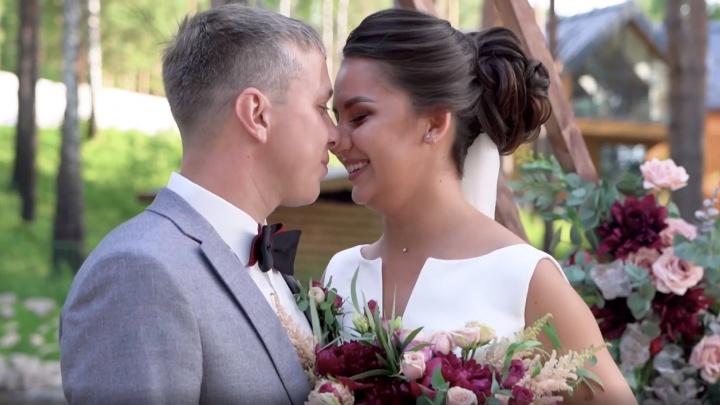 Искусственные цветы и большой пруд: тюменцы сыграли свадьбу за 600 тысяч в телешоу