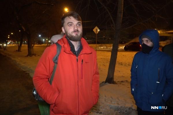 Активисты встретили его около спецприемника на улице Памирской