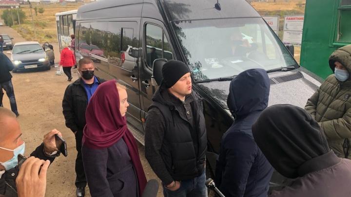 В Волгограде на кладбище мужчина угрожает облить себя бензином и поджечь