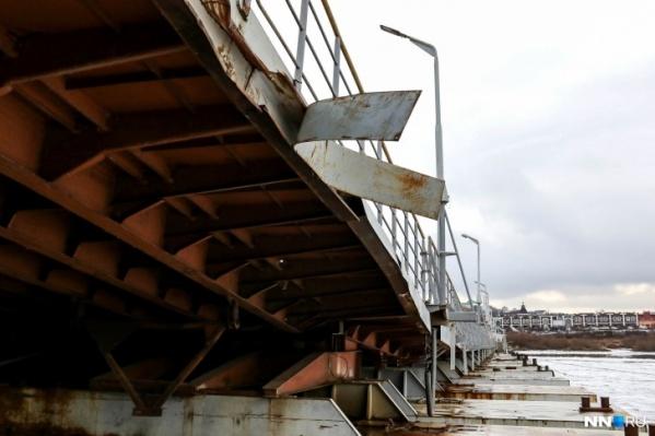 Наплавной мост дважды в год становится для жителей единственным способом выбраться из поселка