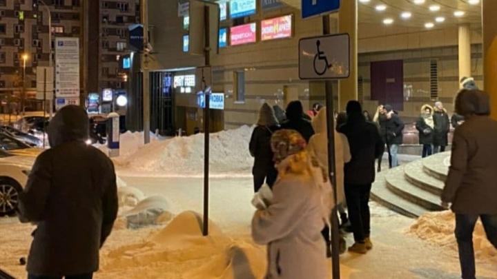 «Людей выгоняли на улицу через черный выход»: в ночной клуб Екатеринбурга нагрянули силовики