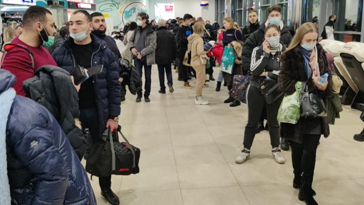 В аэропорту Волгограда из-за густого тумана задержали два рейса. Зал ожидания переполнен людьми