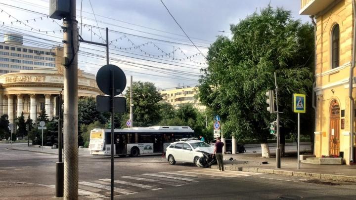 На проспекте груды искореженного пластика: в центре Волгограда столкнулись две легковушки