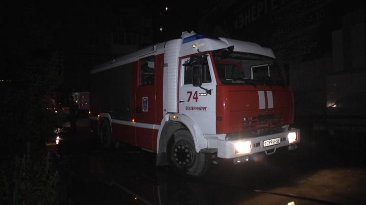 Пришлось взламывать дверь: ночью во время грозы в Екатеринбурге сгорела квартира в девятиэтажке