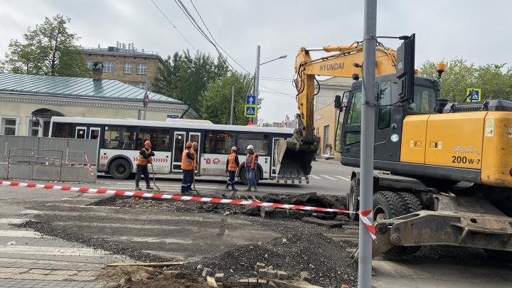 Часть центра Красноярска сковала пробка из-за ремонта теплосетей на Ленина. Перекрытия продержатся до 18 июня
