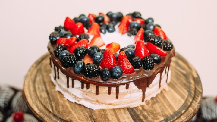 Торт со взбитыми сливками подойдет: пять беспроигрышных вариантов подарка ко Дню учителя