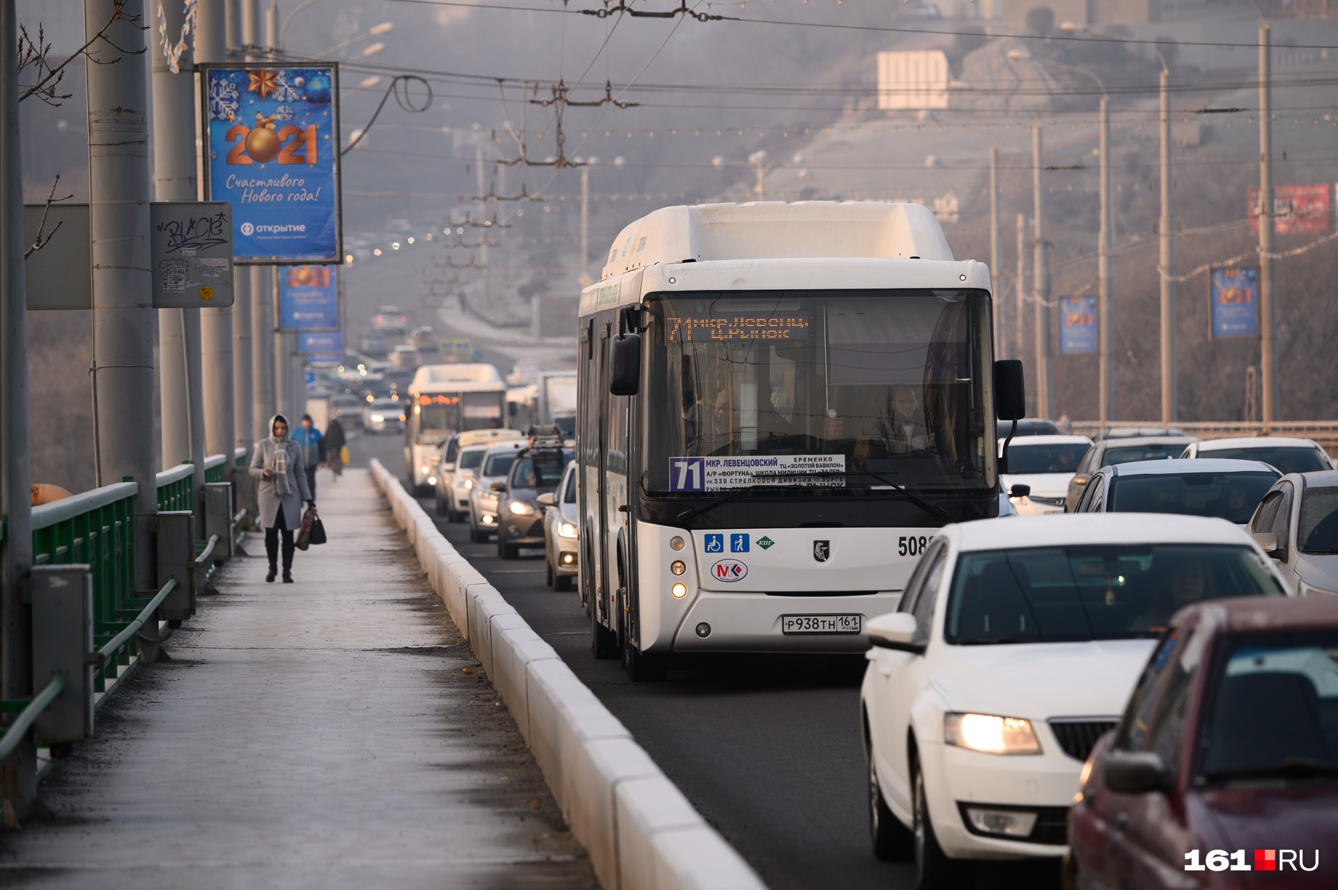 Рекламные конструкции висят вдоль моста с обеих сторон