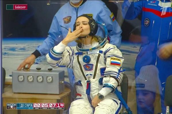 Актриса Юлия Пересильд прощается с семьей перед вылетом