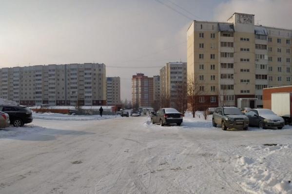 «Плющихинский» жилмассив — один из крупнейших районов Новосибирска. Его застройка началась в двухтысячных годах, сегодня здесь живут десятки тысяч человек