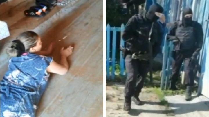 В Екатеринбурге силовики задержали двух женщин из преступной банды, нападавшей на пенсионеров. Видео