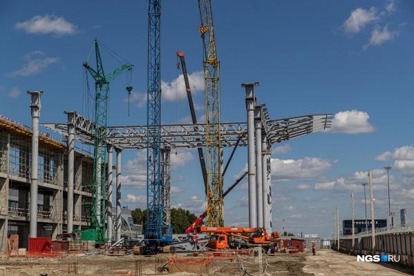 На стройке начали возводить металлические конструкции. Полностью закончить строительство терминала планируют в августе 2022 года
