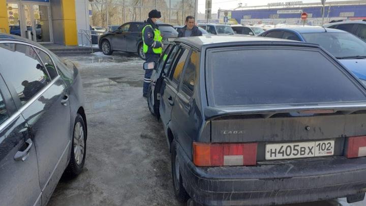 В Башкирии мужчина за рулем ВАЗ-2114 наехал на свою 28-летнюю дочь и 4-летнюю внучку — есть видео