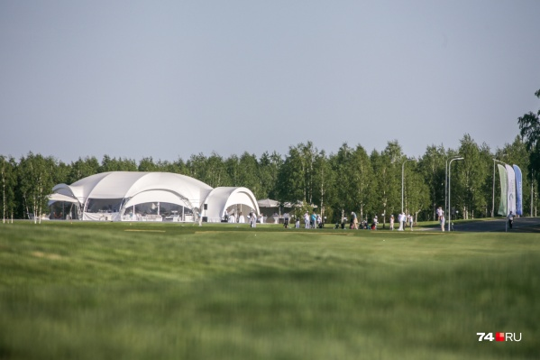 Капитальных зданий еще нет, но для ВИП-гостей приготовили огромный шатер