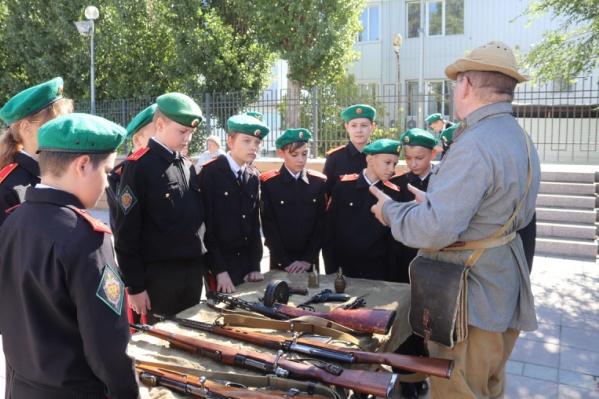 Мальчишки с интересом рассматривали макеты стрелкового оружия