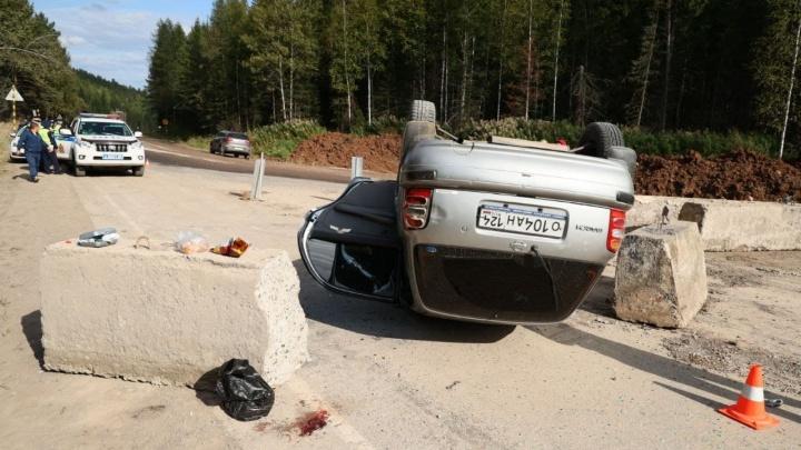 Водитель Nissan March расколол бетонный блок, не заметив его на пыльной дороге