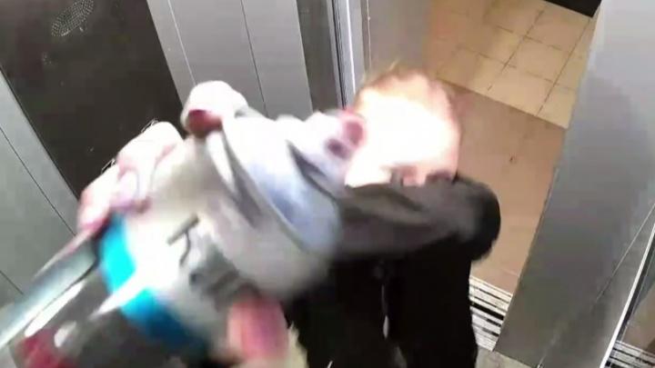 Екатеринбурженка, подравшаяся с парнем в лифте, вернулась и залила краской снявшие их камеры