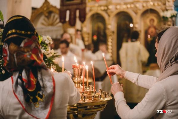 В прошлом году из-за коронавируса тюменцы стояли перед закрытыми дверями храмов