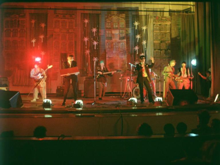 Группа «АукцЫон» на сцене Ленинградского рок-клуба. Кадр из фильма «Взломщик»