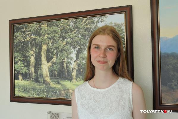 """Валентина успела на отлично закончить гимназию и художественную школу. Галерею в гимназии <nobr class=""""_"""">№ 38</nobr> она открывала вместе со своими одноклассниками"""