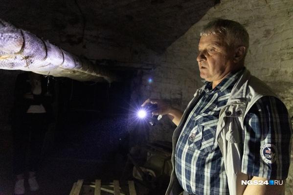 Под зданием есть огромные каменные подвалы, которые не показывают экскурсантам, — мы спустились туда вместе с инженером музея