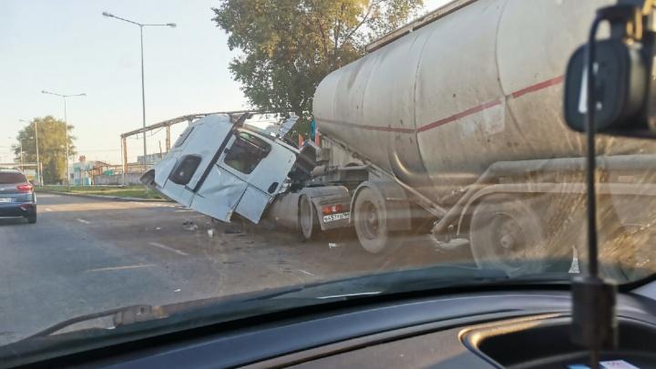 Снесло кабину: на проспекте Кирова столкнулись два грузовика