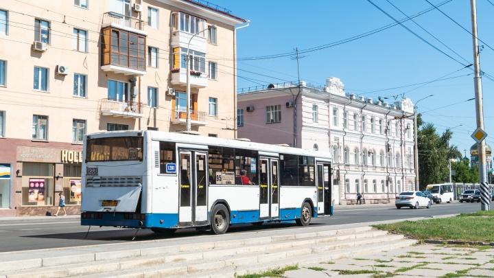 Три омских автобуса передали под управление женщин